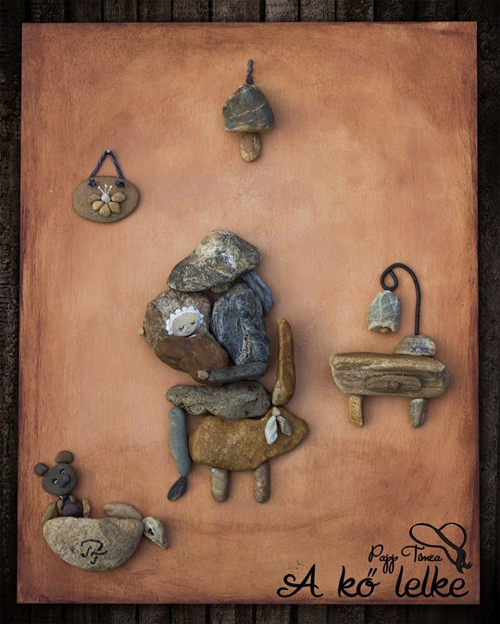 יצירות אומנות מאבנים: אישה מחזיקה תינוק בידה