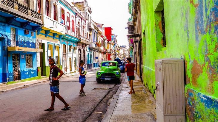 אתרי תיירות מומלצים בקובה: רחוב צבעוני בהוואנה הישנה