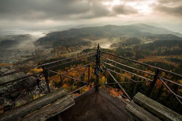 סתיו בפולין: צילום של נוף סתווי דרך מעקה