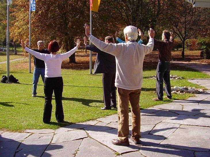 יתרונות הצ'י קונג: קבוצת אנשים מתרגלים צ'י קונג בפארק