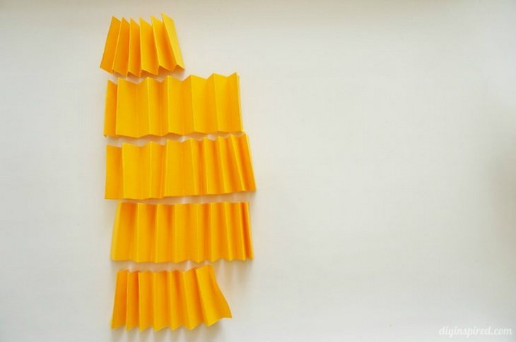 יצירות תלת ממדיות שאפשר להכין בבית: רצועות נייר מקופלות בצורת זיגזג