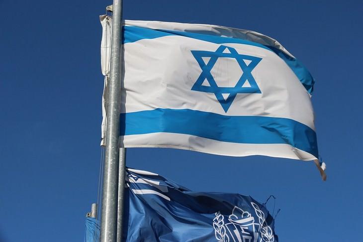 בדיחה על אבות יהודים שהבנים שלהם התנצרו: דגל ישראל מתנופף