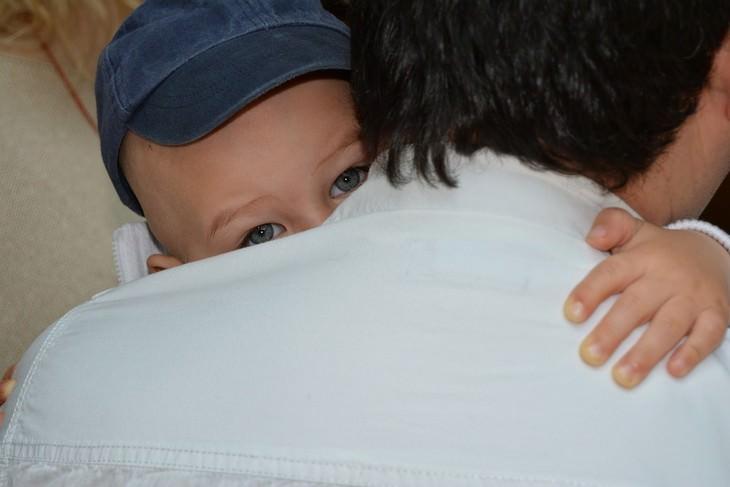 דברים שהורים צריכים לעשות מול הילדים שלהם: עיניו של ילד שמחבק את אביו