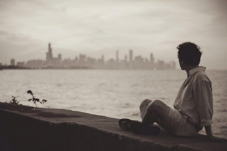 טיפים לאנשים רגישים: גבר יושב על מזח מול הים
