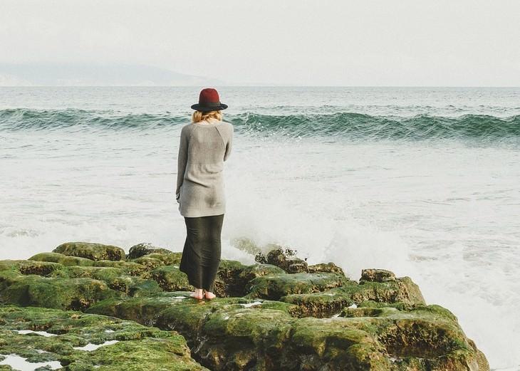טיפים לאנשים רגישים: אישה עומדת מול הים