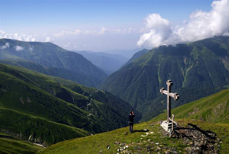 תמונות אוויריות של גאורגיה: עמוס שאפל עומד במעבר אבנו, בין הרים הקרויים באותו שם