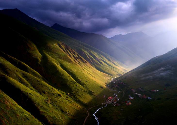 תמונות אוויריות של גאורגיה: השמש מפציעה בין העננים בעמק ג'וטה המרהיב