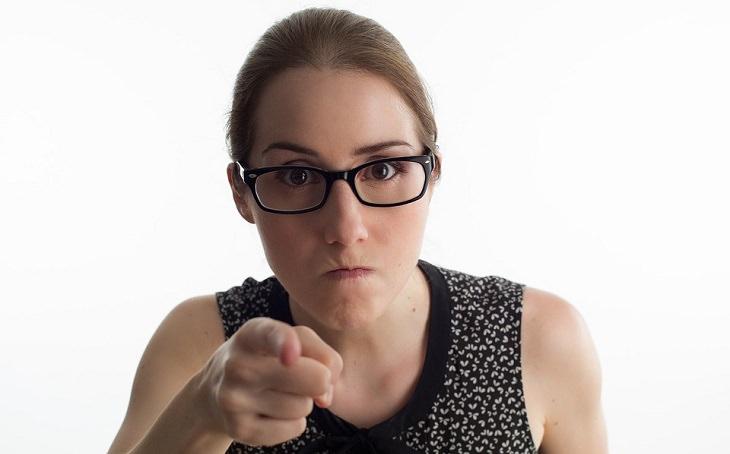מה מפריע לגברים ונשים: אישה מפנה אצבע מאשימה למצלמה