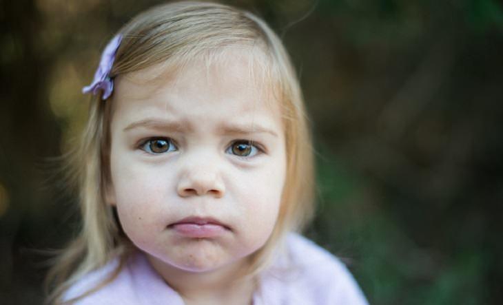 הסיבות שמאחורי בעיות התנהגות של ילדים - ילדה עצובה