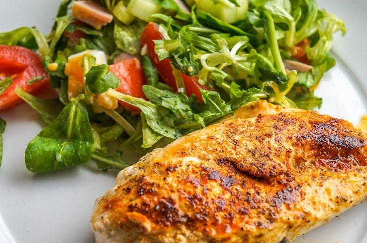 מתכונים עם חזה עוף של נעמה שגיב: חזה עוף צלוי על צלחת לצד ירקות