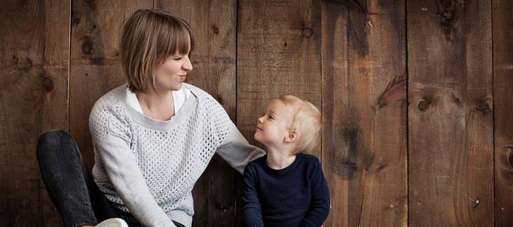 טיפים מאמהות חכמות: אמא ובנה מחייכים אחד לשנייה