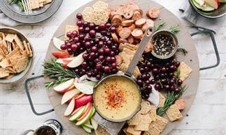 מגש עם פירות, גבינות וקרקרים