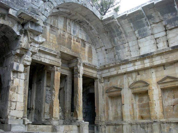 אתרים לא מוכרים ומומלצים בצרפת: חלק ממבנה עתיק