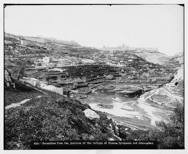 תמונות היסטוריות של ירושלים: איזור גיא בן הינום . למעלה רואים את חומות העיר ושעריה