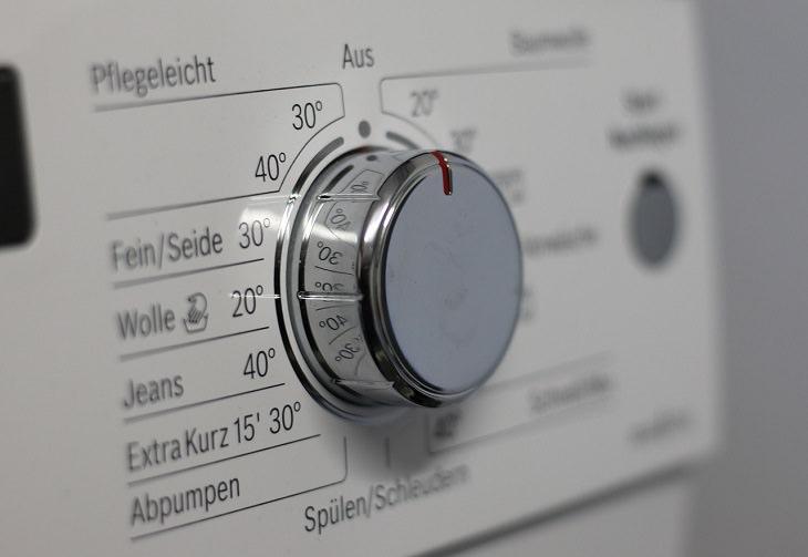 טיפים לכביסה ושמירה על בגדים: כפתור בחירת תכנית של מכונת כביסה