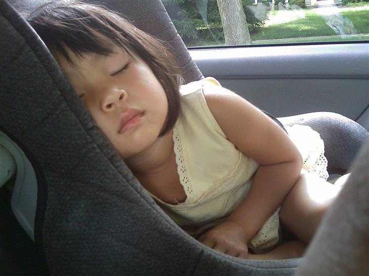 יתרונות של שינה מספקת אצל ילדים: ילדה ישנה ברכב
