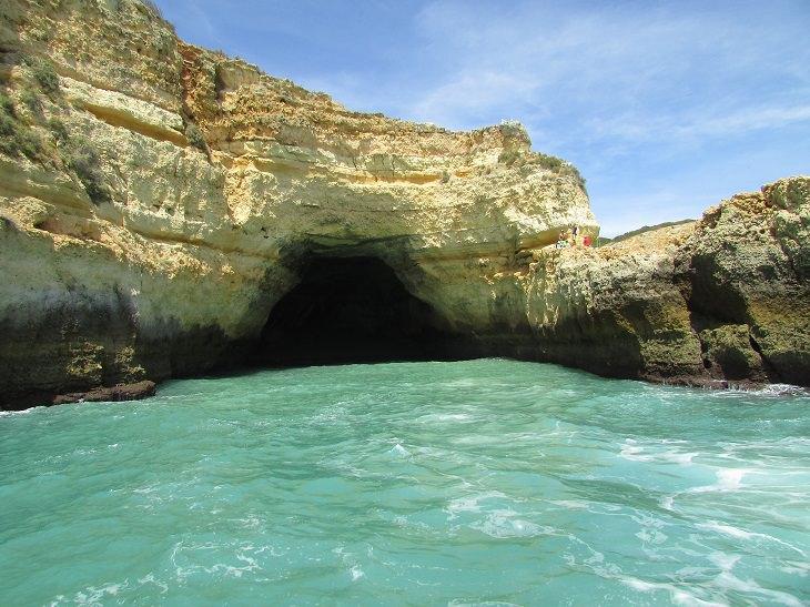 המערות הימיות היפות בעולם: הצד החיצוני של מערת בנאגיל
