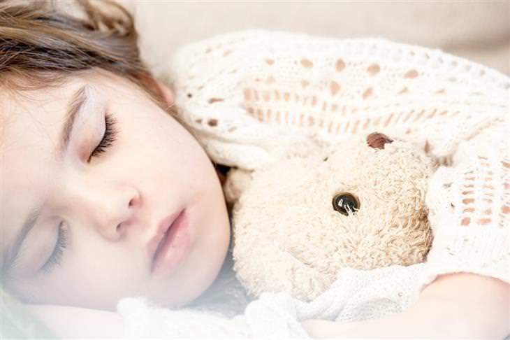 יתרונות של שינה מספקת אצל ילדים: ילדה ישנה