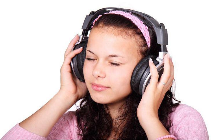 מכתב פרידה מרגש: נערה מקשיבה למוזיקה