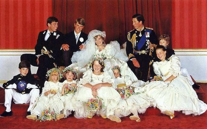 מבחן טריוויה: צילום קבוצתי של המשפחה המלכותית הבריטית, ביום חתונתם של דיאנה וצ'ארלס