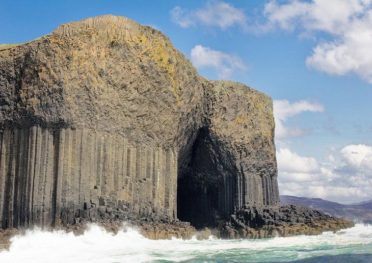 המערות הימיות היפות בעולם: הצד החיצוני של מערת פינגל