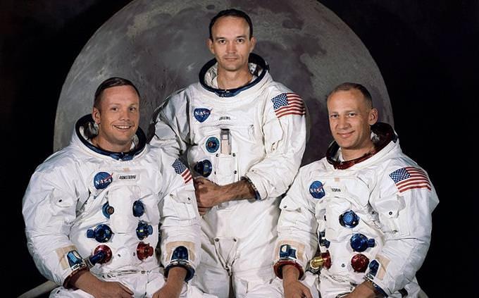 מבחן טריוויה: 3 האסטרונאוטים שיצאו למשימת אפולו 11, מצולמים על רקע הירח