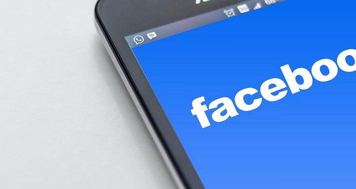 """מדריך לשימוש ב""""לייב"""" ו""""סטורי"""" של פייסבוק: מסך טלפון סלולרי שעליו מופעלת אפליקציית פייסבוק"""