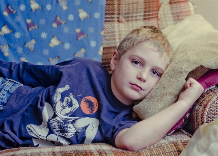 סימנים ללחץ במשפחה: ילד שוכב על ספה