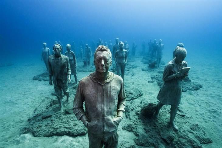 פסלים תת מימיים של ג'ייסון טיילור: פסלים של אנשים שמתהלכים בתוך המים