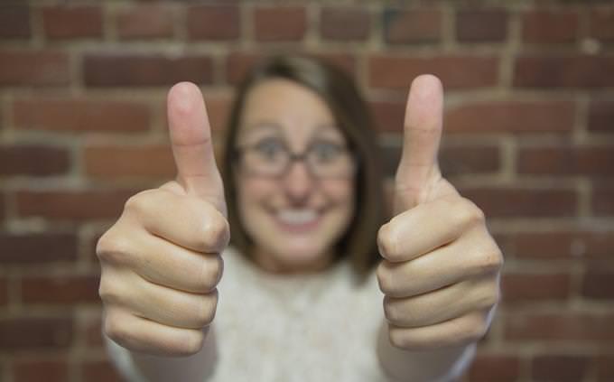 מבחן טריוויה: אישה מרימה את אגודלי כפות הידיים