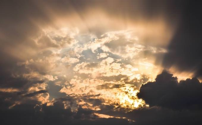 מבחן טריוויה: שמיים מכוסים עננים מהם יוצאת קרן אור