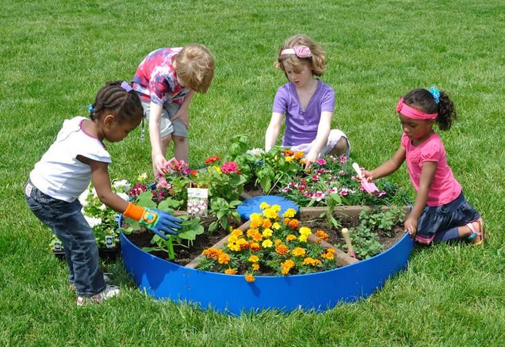 פעילויות גינה לילדים: ילדים יושבים סביב פיצת צמחים