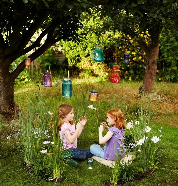 פעילויות גינה לילדים: ילדות משחקות בתוך מעגל פיות תחת עץ