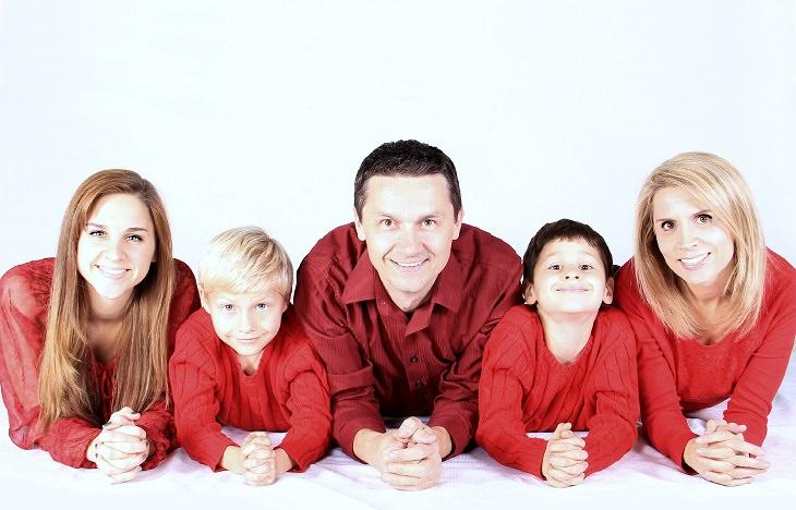 תסמונת ילד הסנדוויץ': 2 הורים ו-3 ילדיהם שוכבים זה לצד זה