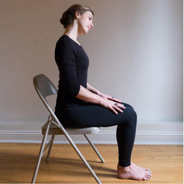 שחרור כאבי צוואר: אישה מבצעת סיבובי צוואר