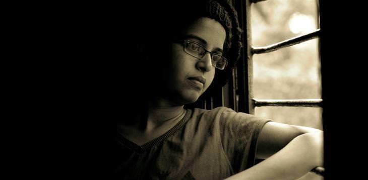 איך להתמודד עם תלונות של ילדים על בית הספר: ילד מדוכדך מסתכל מחוץ לחלון