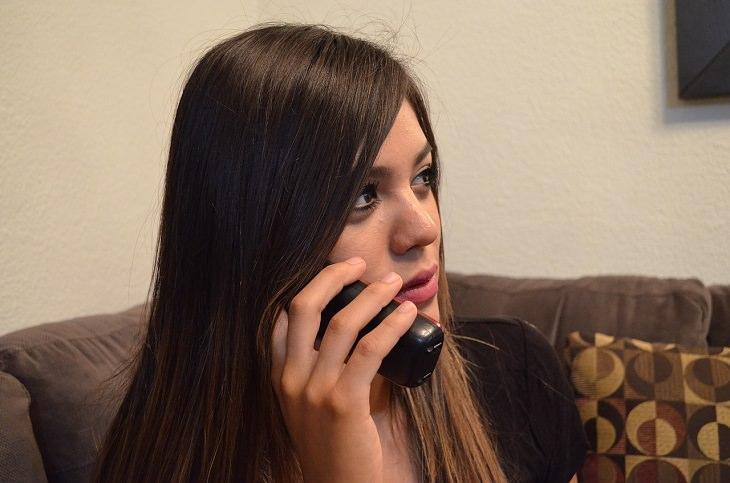 מדריך להוזלת עלויות הטלוויזיה: אישה משוחחת בטלפון