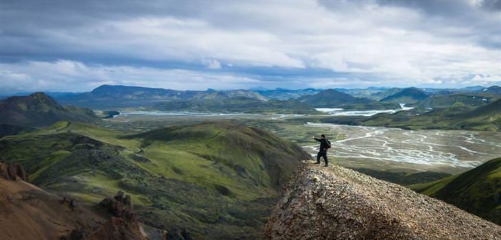 לנדמנלאוגר איסלנד: איש מצלם סלפי על צוק