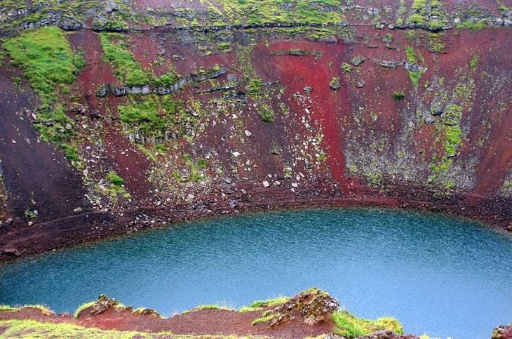 לנדמנלאוגר איסלנד: אגם עם חול צבעוני