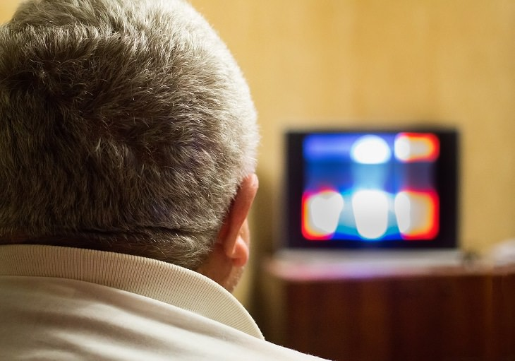 מדריך להוזלת עלויות הטלוויזיה: אדם בוגר צופה בטלוויזיה