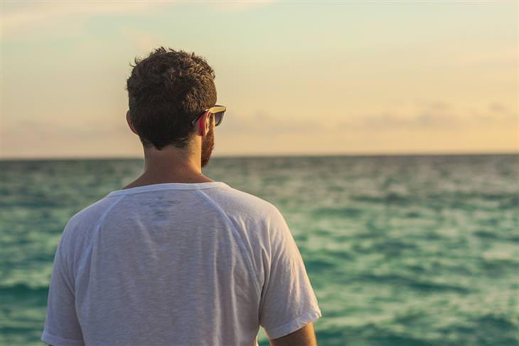 טיפים לרוגע על פי האסכולה הסטואית: איש עם גבו למצלמה בוהה באופק שמעבר לים