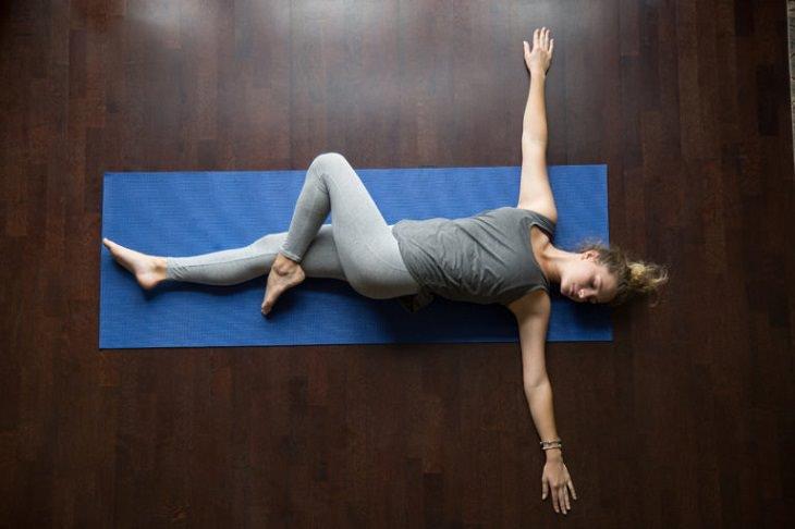 תרגילים להקלה על כאב גב: תרגיל לחיזוק ומתיחת עמוד השדרה