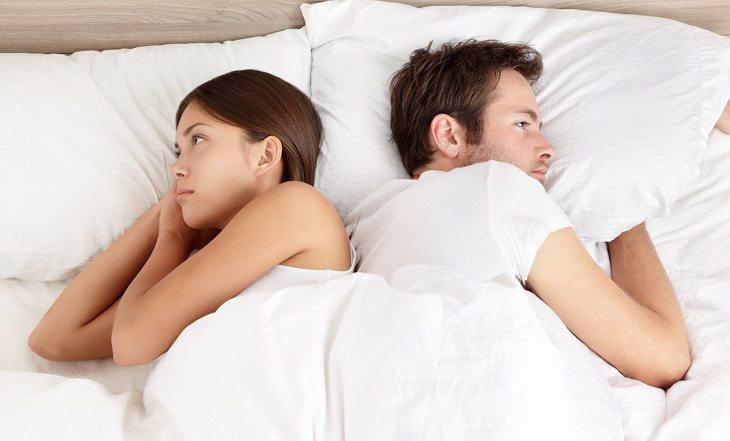 איבופרופן ופגיעה בפוריות: זוג מדוכא במיטה