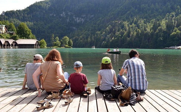 חופשה משפחתית: משפחה על שפת אגם
