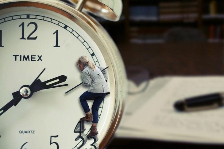 איך לספר לילדים על גירושים: ילדה עומדת על מחוג של שעון