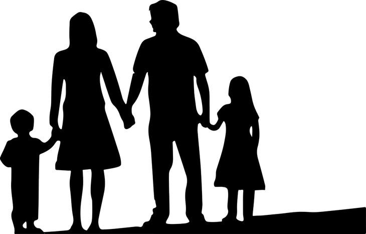 איך לספר לילדים על גירושים: איור של הורים אוחזים בידיהם של ילדיהם