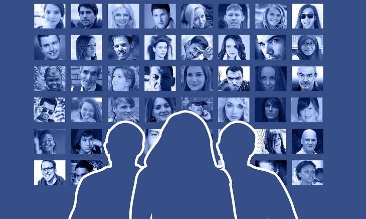 הגדרת עמוד החדשות בפייסבוק: צלליולת של אנשים על רקע תמונות פרופיל מפייסבוק