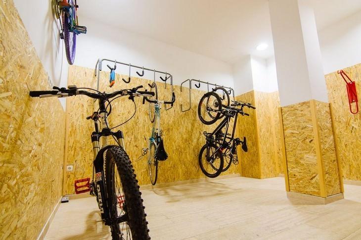 המשרד שכולנו היינו רוצים: אופניים תלויים על קיר