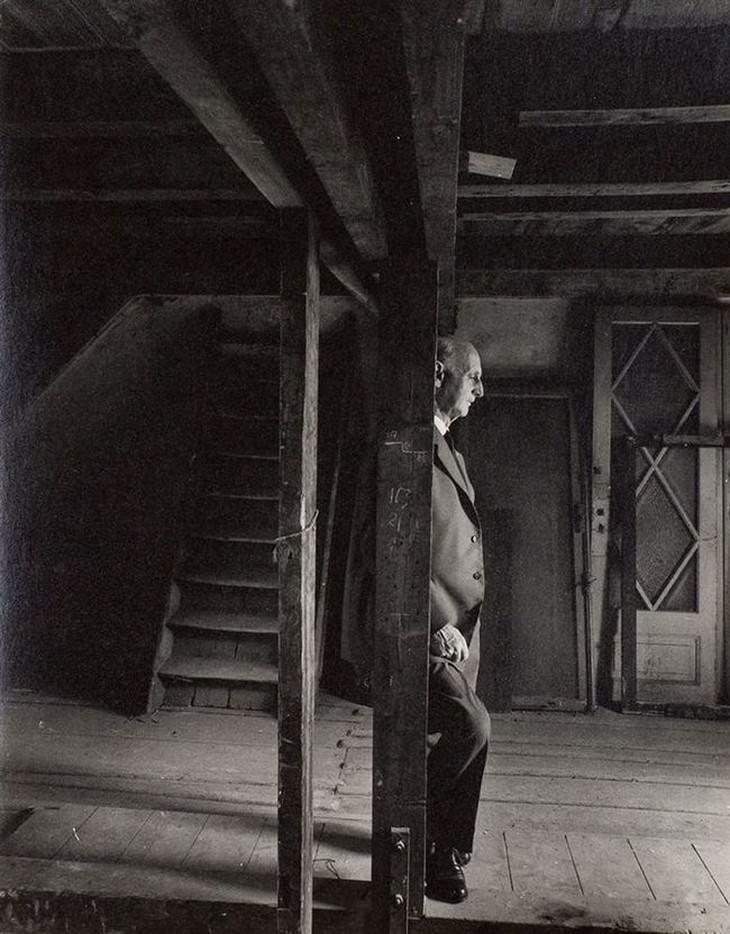 תמונות היסטוריות: אוטו פרנק, אביה של אנה פרנק, שב לעליית הגג המפורסמת שבה הוא ומשפחתו התחבאו מהנאצים, 1960