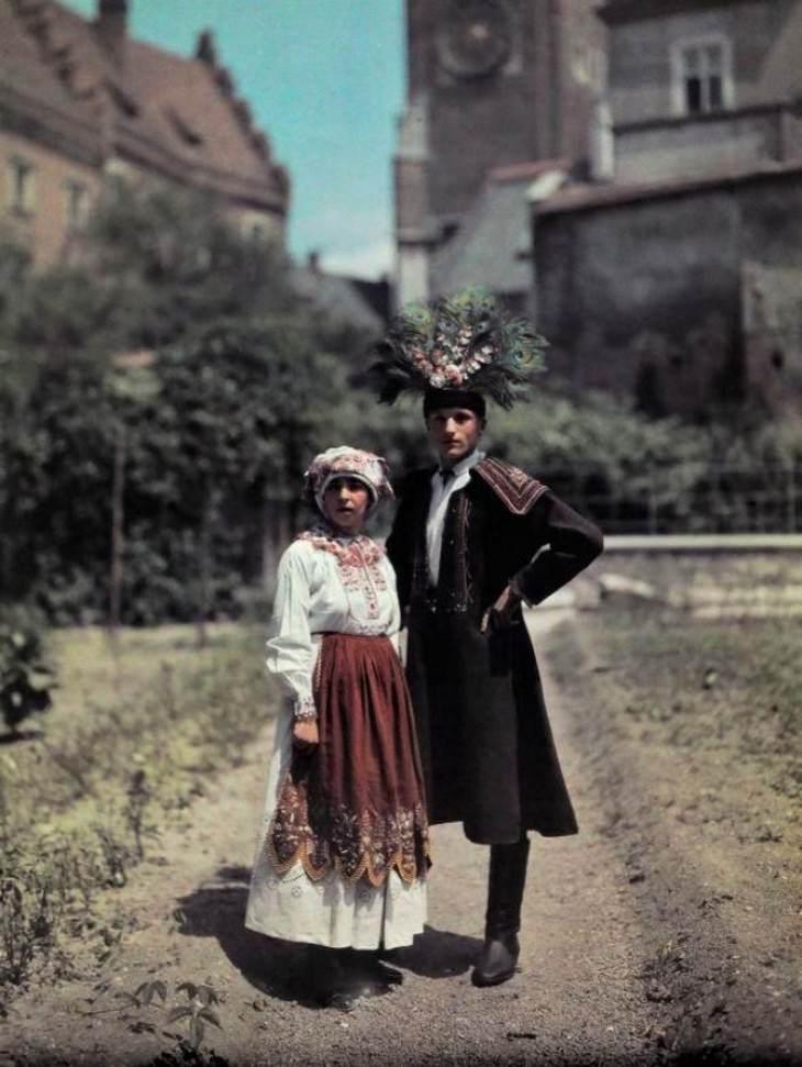 תמונות היסטוריות: זוג צעיר שזה עתה נישא בלבוש מסורתית עם נוצות שמביאות מזל טוב, קראקוב, פולין, 1912